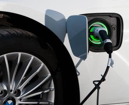 bmw sähköauto lataus