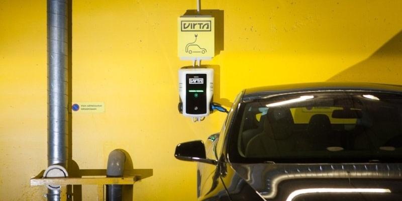 Sähköautojen latausmahdollisuudet työpaikka- ja asuinkiinteistöissä paranevat - Virta ja Caverion yhteistyöhön